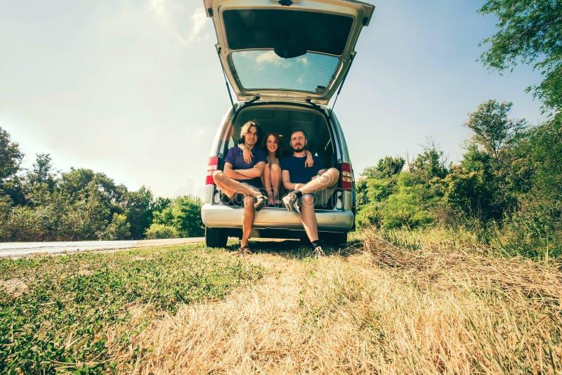 Amigos novos do moderno na viagem por estrada em um dia de verões Euro-viagem imagens de stock royalty free