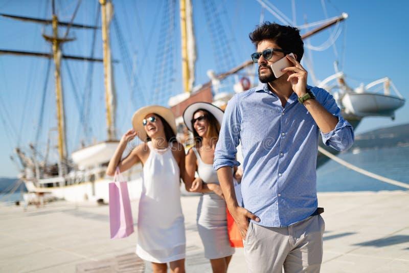 Amigos novos felizes em férias luxuosas Curso, compra, divertimento, conceito dos amigos imagem de stock royalty free