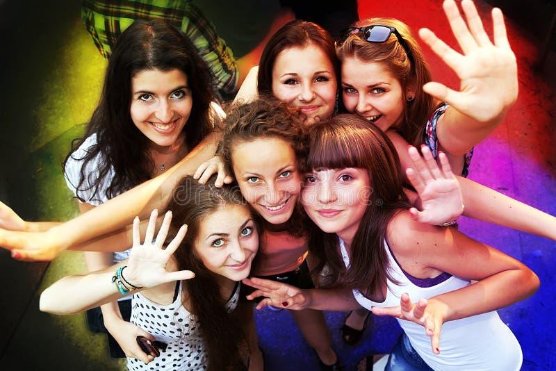 Amigos novos que dançam em um clube de noite fotografia de stock royalty free