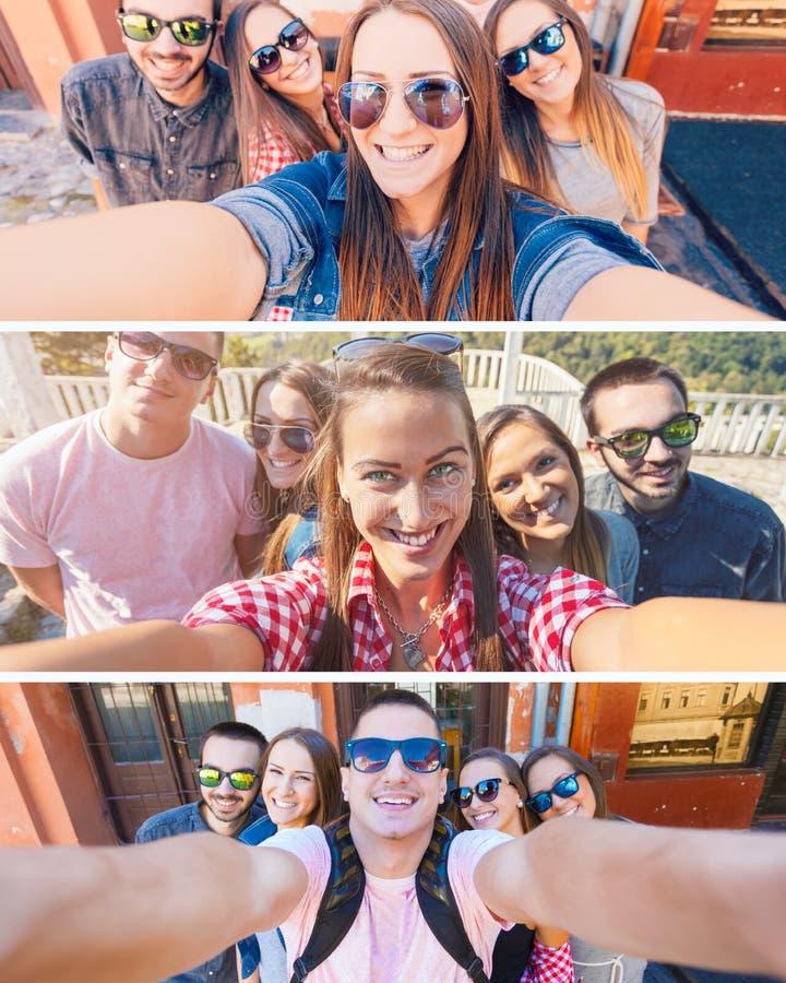 Amigos novos que sorriem e que tomam o selfie na cidade imagens de stock royalty free