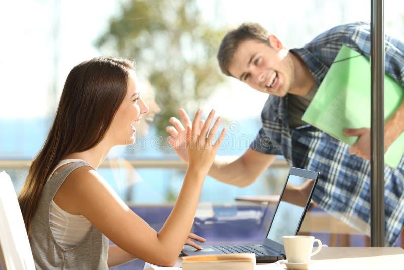 Amigos o saludo de los pares en una cafetería fotografía de archivo libre de regalías