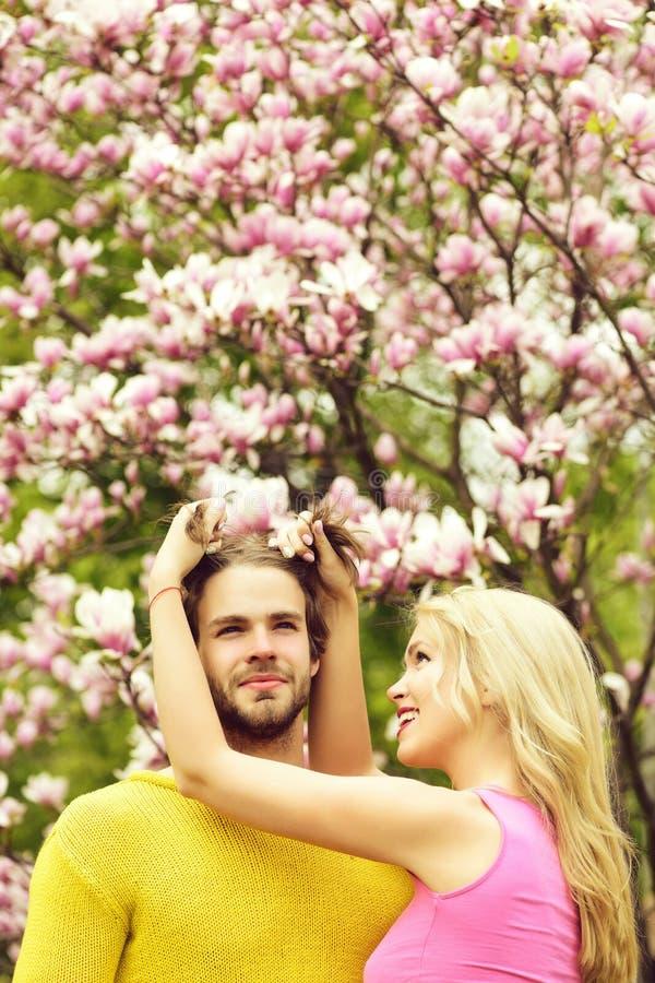 Amigos ou amantes perto da flor da magnólia, par no amor fotos de stock