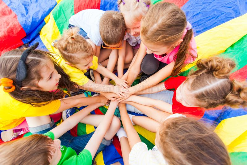 Amigos pequenos que sentam-se em um ar livre do círculo no verão fotografia de stock royalty free