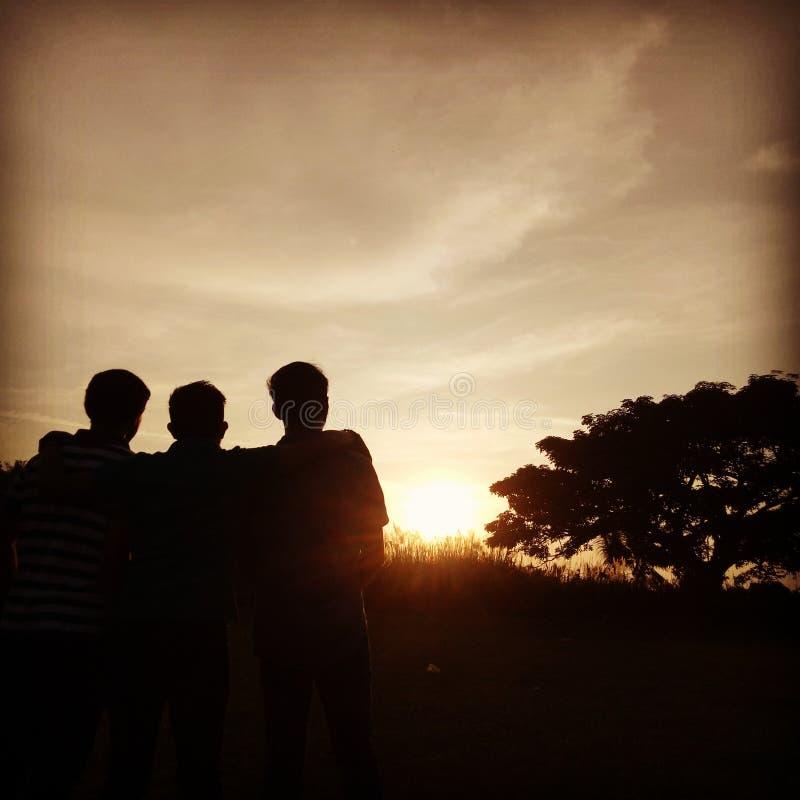 Amigos, puesta del sol, naturaleza, cielo fotos de archivo libres de regalías