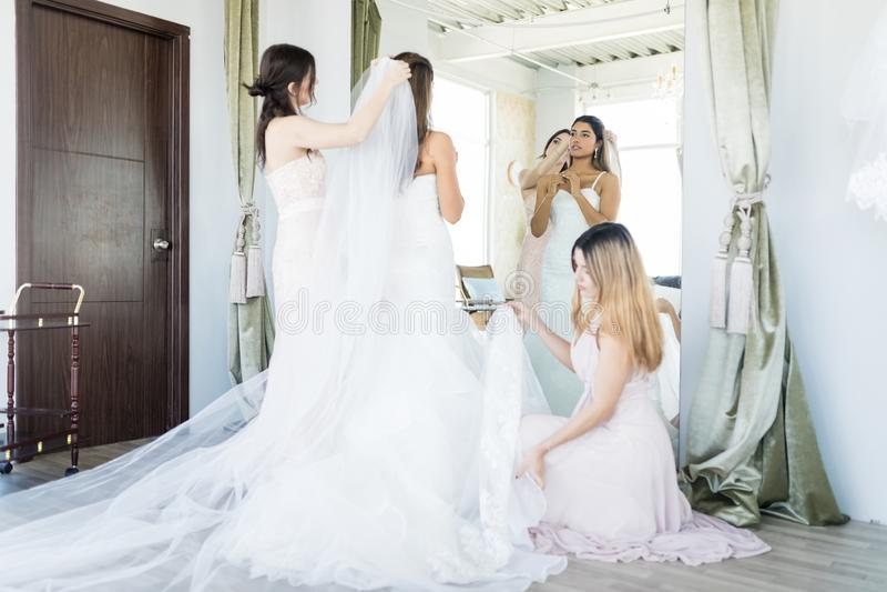 Amigos que ajudam a noiva com preparações do casamento imagens de stock