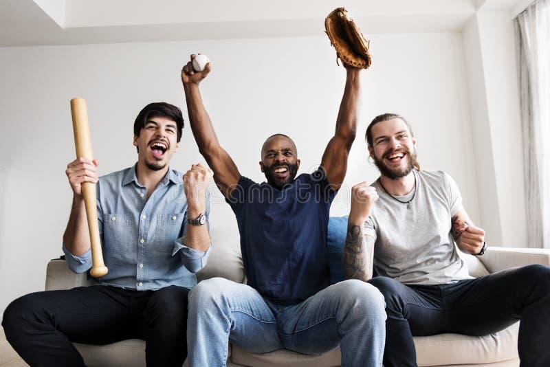 Amigos que animan a la liga del deporte junto fotografía de archivo libre de regalías