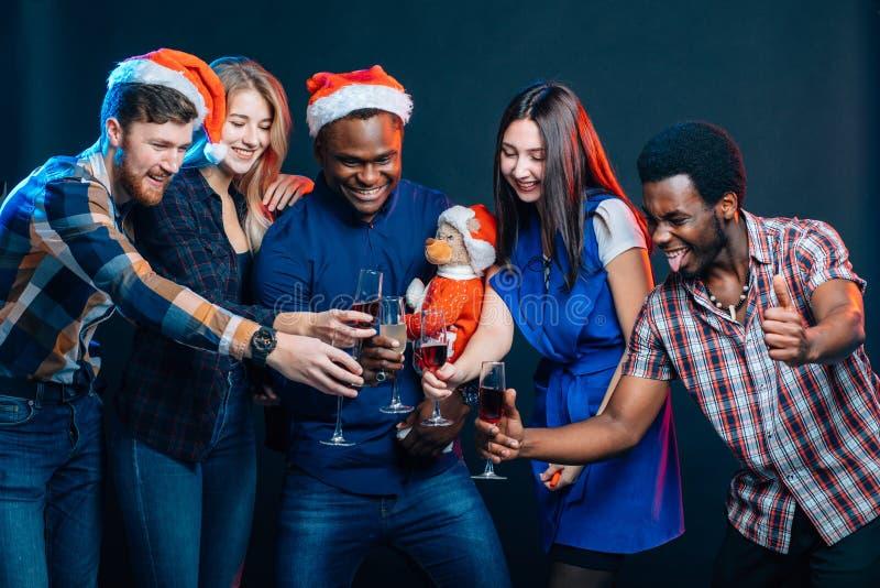 Amigos que apreciam bebidas do Natal na barra imagem de stock royalty free
