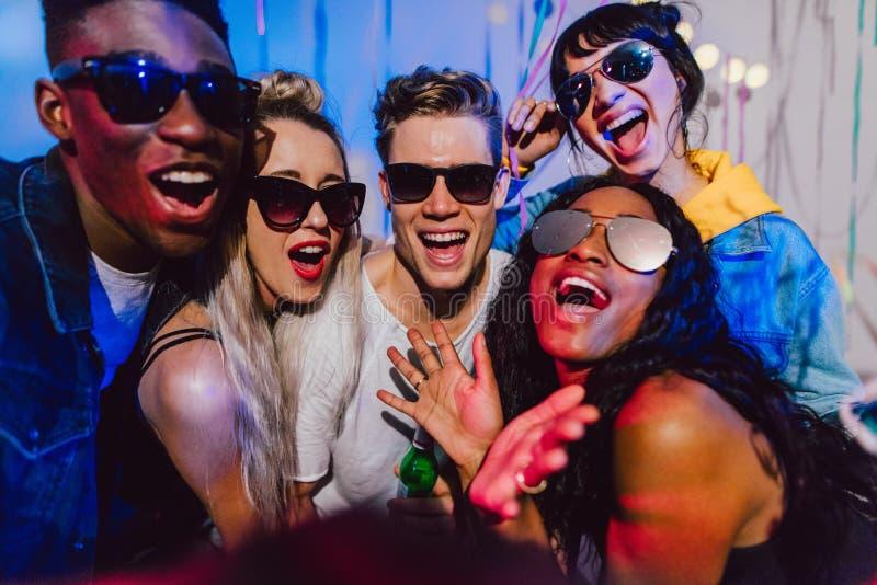 Amigos que apreciam em uma festa em casa imagens de stock royalty free
