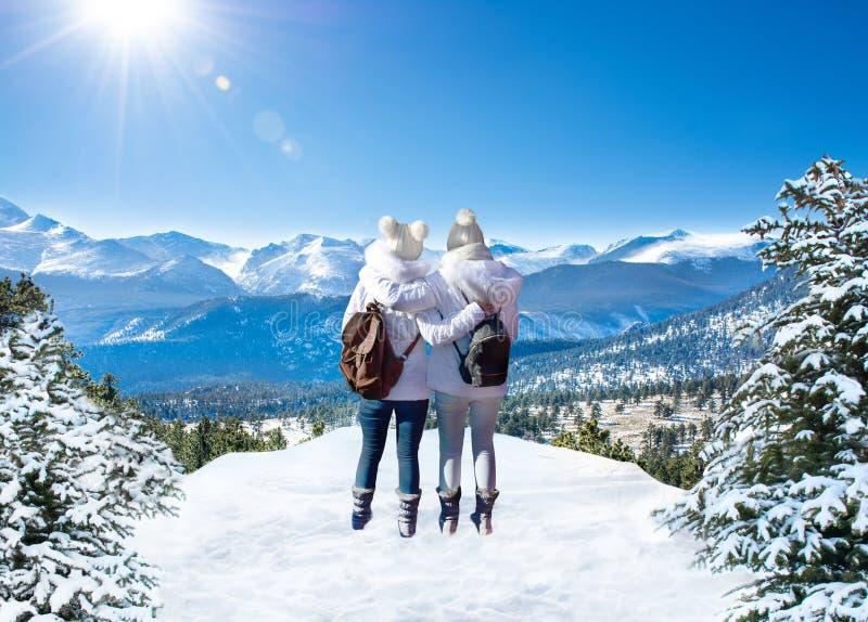 Amigos que apreciam o tempo junto no inverno que caminha a viagem imagens de stock royalty free