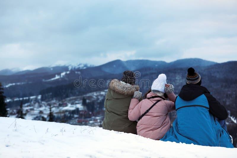 Amigos que apreciam a paisagem da montanha, espaço para o texto fotografia de stock royalty free