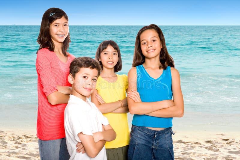 Amigos que apreciam a praia arenosa fotografia de stock