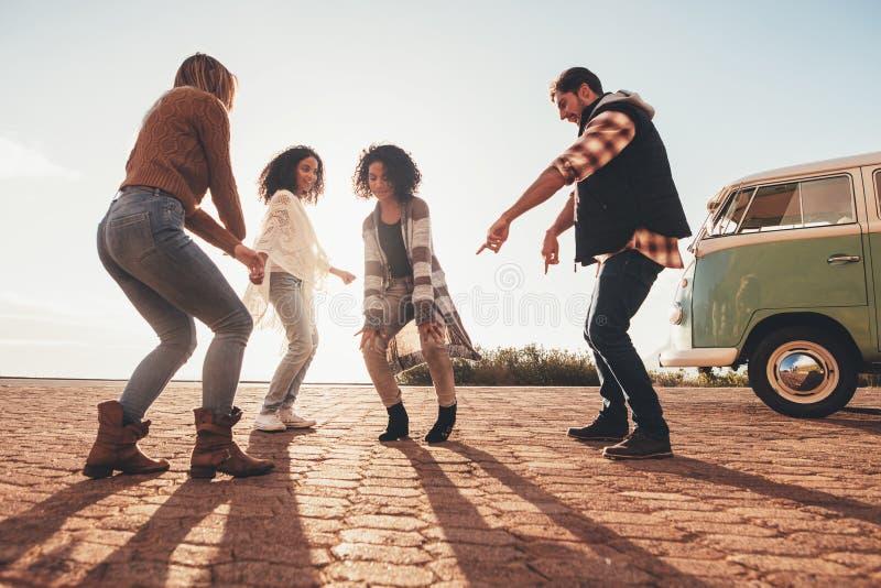 Amigos que bailan al aire libre en el camino imagen de archivo libre de regalías
