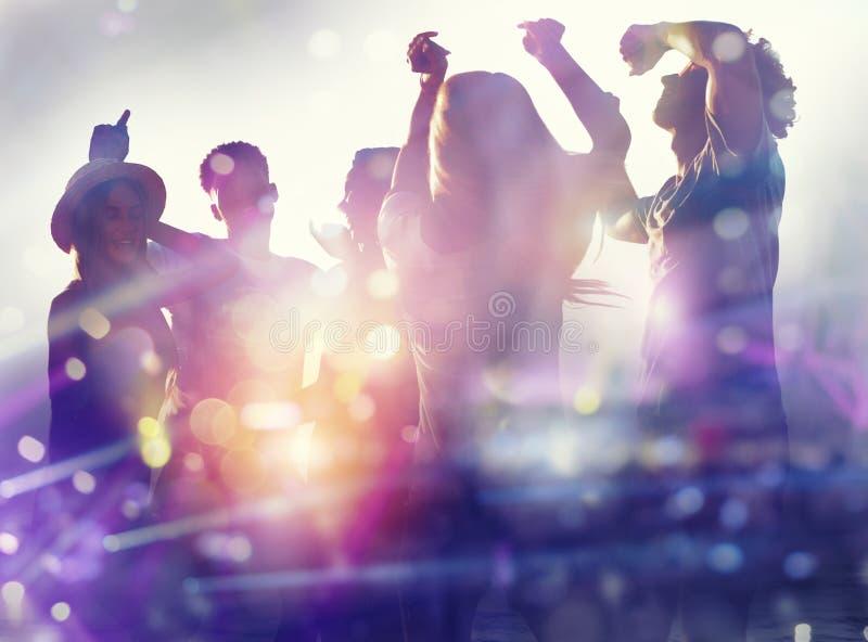 Amigos que bailan en la discoteca Exposici?n doble foto de archivo
