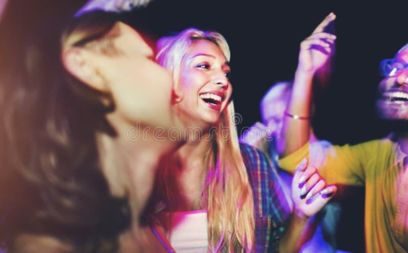 Amigos que bailan en un partido del verano fotografía de archivo