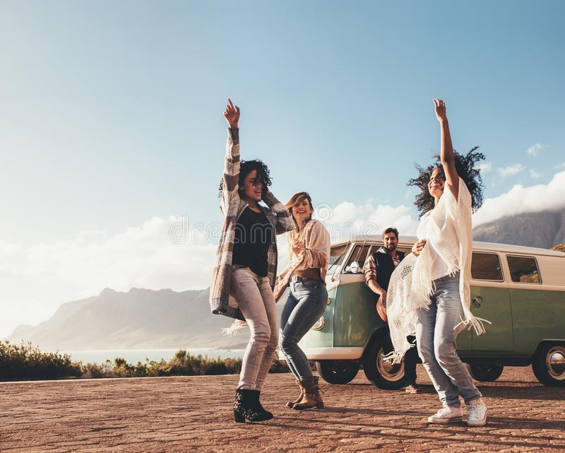 Amigos que bailan y que se divierten en viaje por carretera foto de archivo libre de regalías