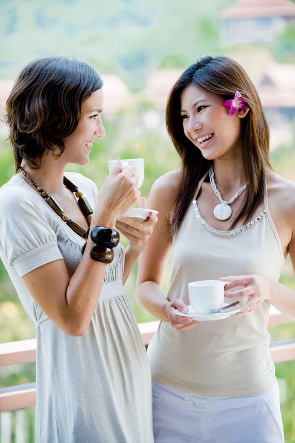 Amigos que beben el café