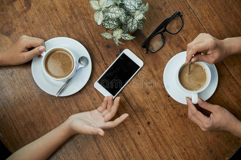 Amigos que beben el caf? fotos de archivo libres de regalías