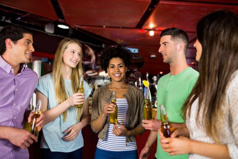 Amigos que beben la cerveza foto de archivo