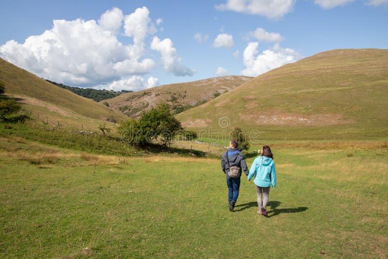 Amigos que caminan en Dovedale Thorpe Valley Derbyshire fotografía de archivo