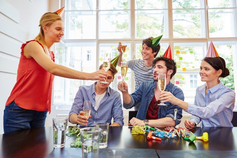 Amigos que celebran con champán fotografía de archivo libre de regalías