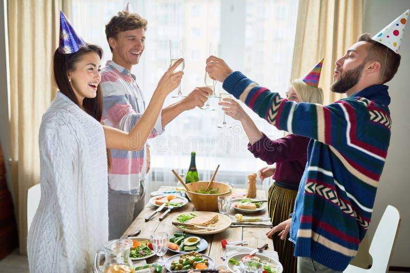 Amigos que celebran cumpleaños en la cena fotos de archivo libres de regalías