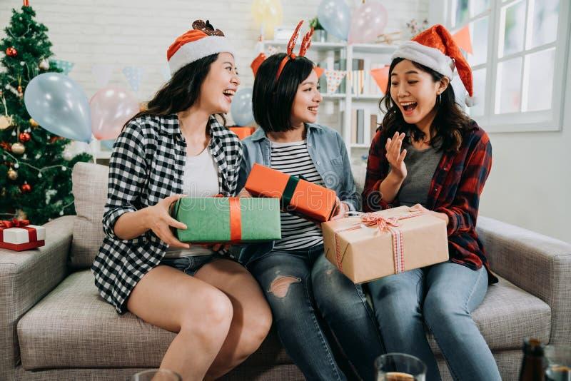 Amigos que celebran el partido de la Nochebuena en casa imágenes de archivo libres de regalías