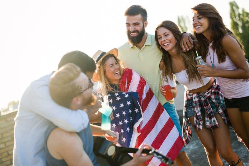 Amigos que celebran el 4to del día de fiesta de julio foto de archivo libre de regalías