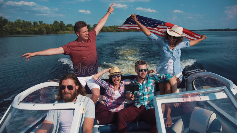 Amigos que celebran en el barco fotos de archivo libres de regalías