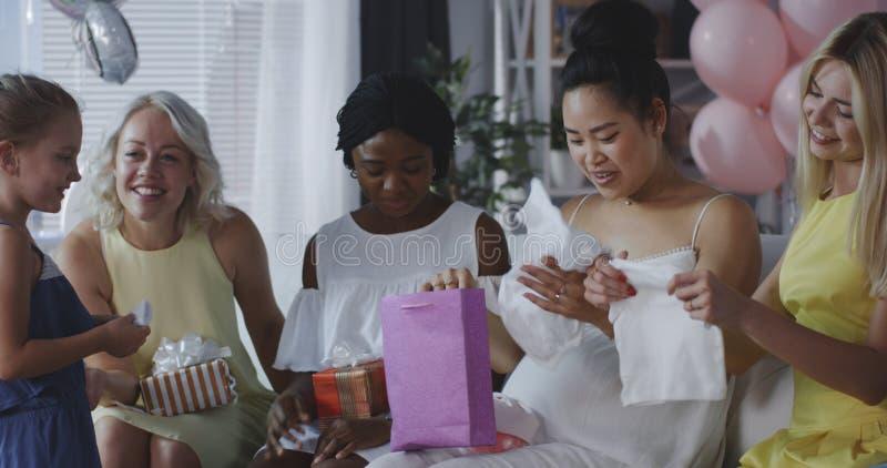Amigos que celebran a la madre joven foto de archivo libre de regalías