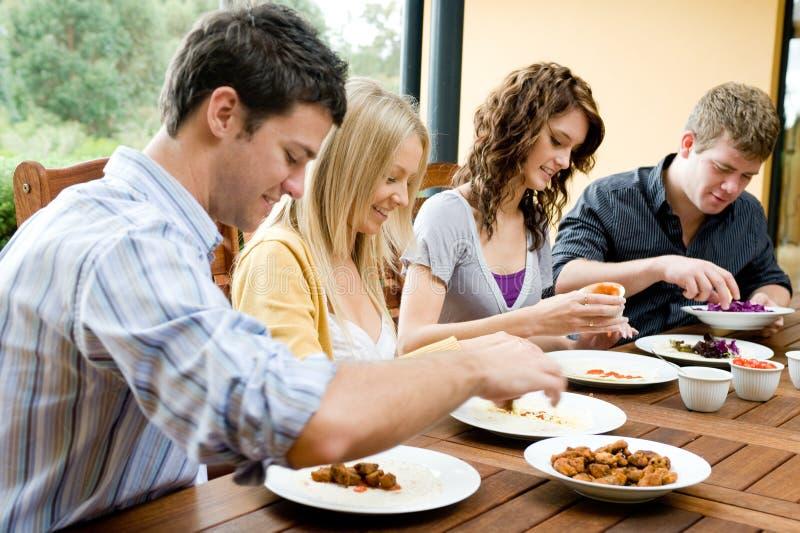Amigos que cenan fotografía de archivo
