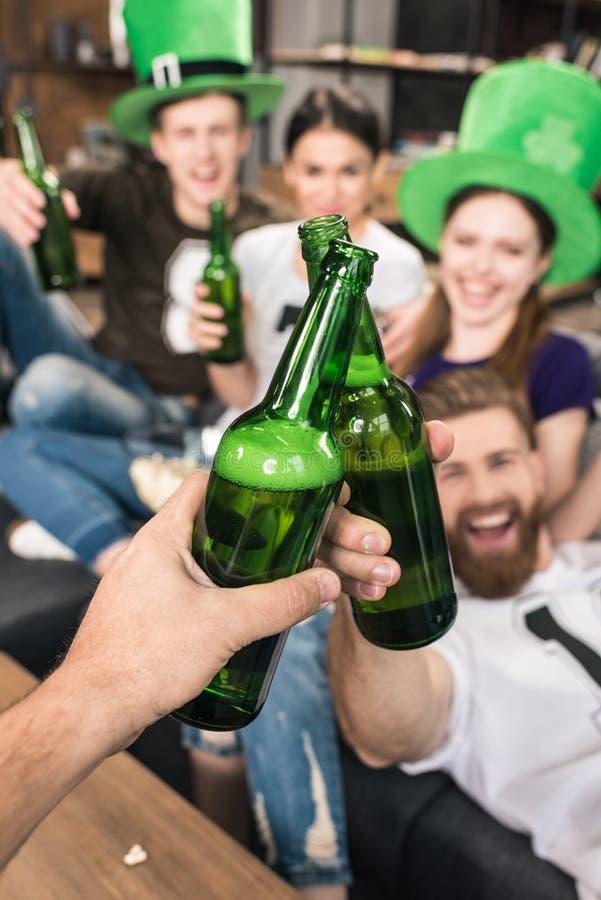 Amigos que clinking frascos de cerveja fotos de stock royalty free