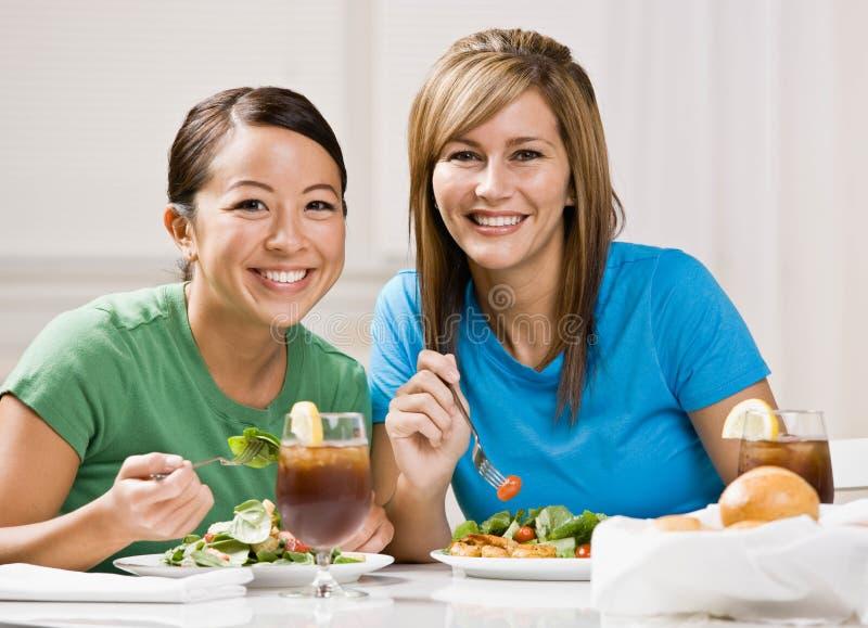 Amigos que comem o almoço e o sorriso saudáveis foto de stock