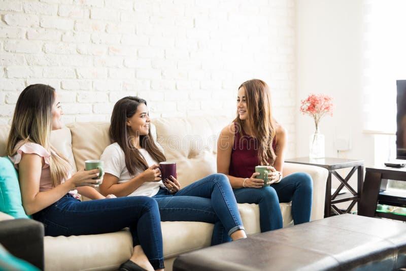 Amigos que comem o café em casa imagens de stock royalty free