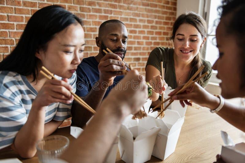 Amigos que comem o mein da comida junto fotografia de stock royalty free