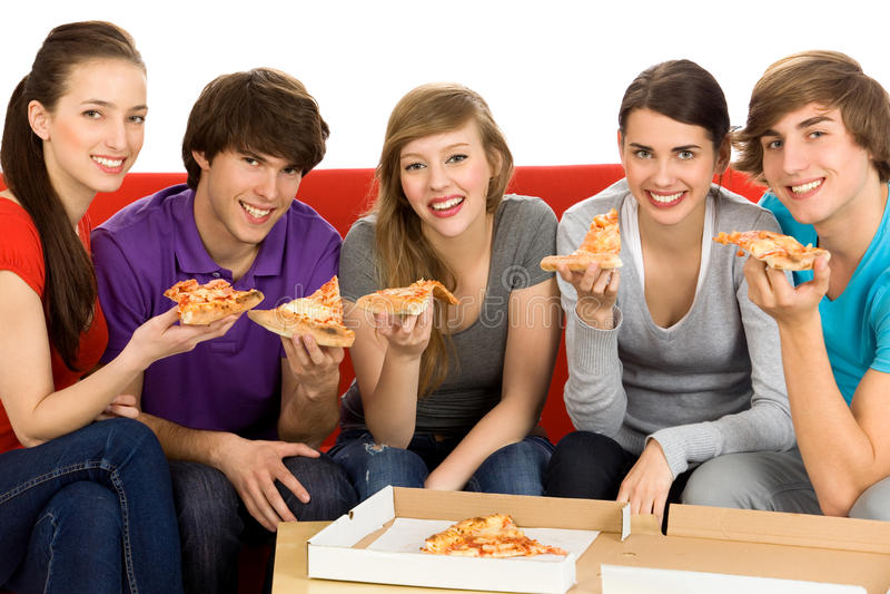 Amigos que comem a pizza fotos de stock royalty free