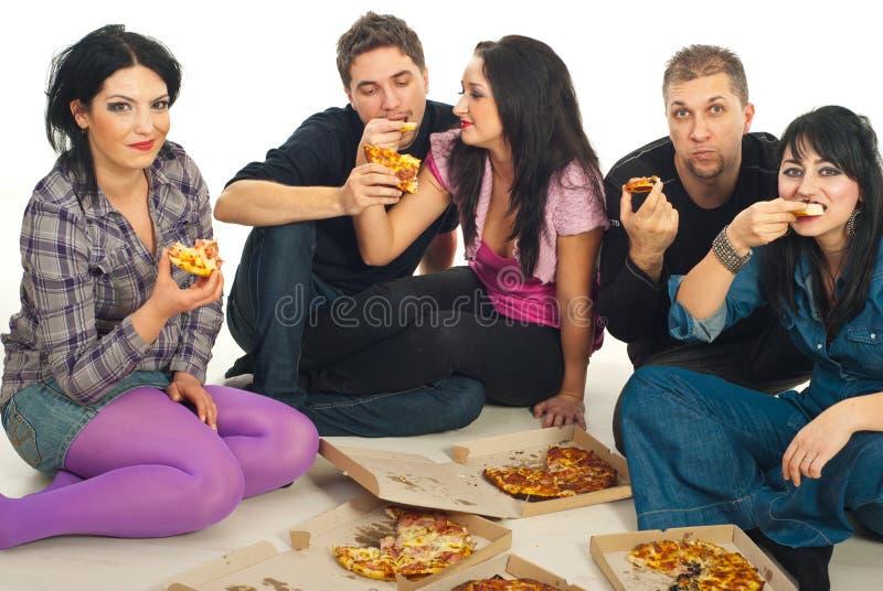 Amigos que comem a pizza