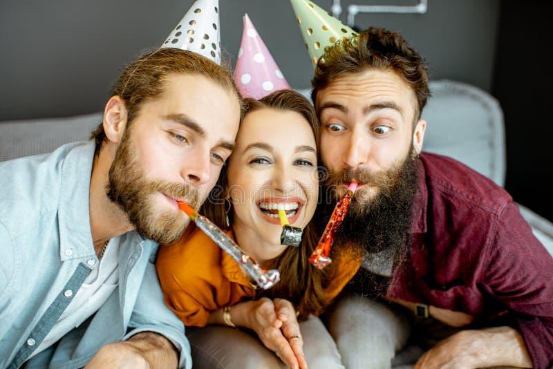 Amigos que comemoram em casa fotos de stock