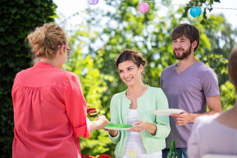 Amigos que comen al aire libre imagen de archivo libre de regalías
