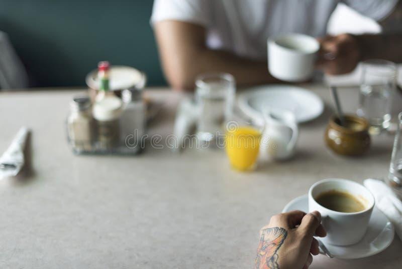 Amigos que comen café en un café foto de archivo