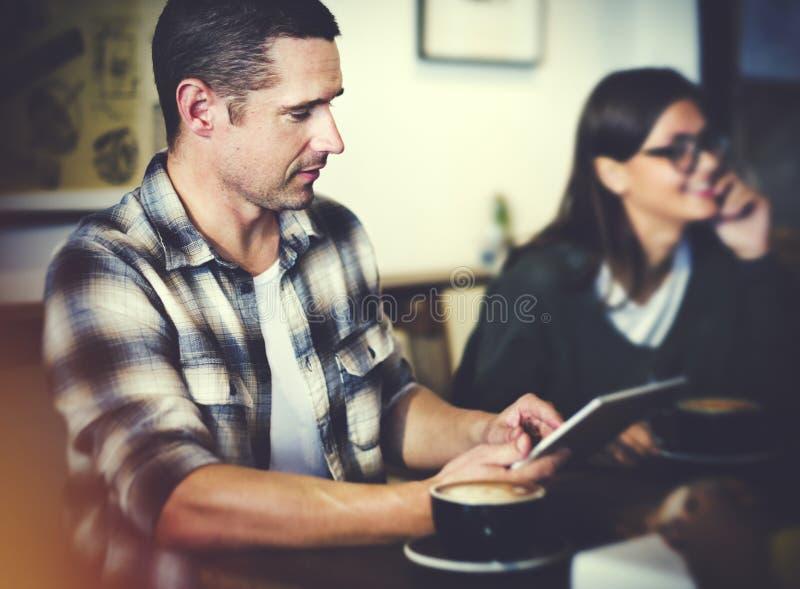 Amigos que comen café en un café fotos de archivo libres de regalías