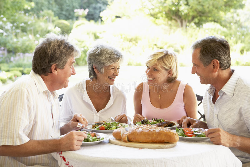 Amigos que comen un almuerzo del fresco del Al imagen de archivo libre de regalías