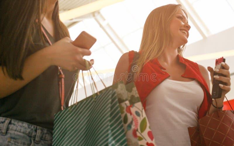 Amigos que compram junto Feche acima da imagem foto de stock royalty free