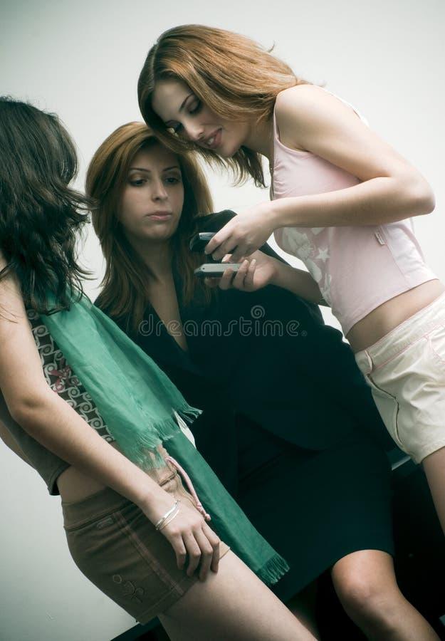 Amigos que controlan mensajes de texto
