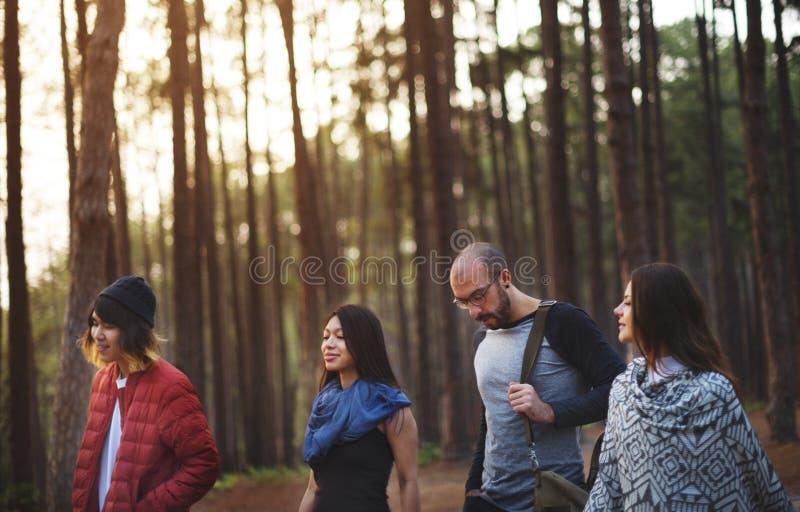 Amigos que cuelgan hacia fuera en un bosque fotografía de archivo libre de regalías