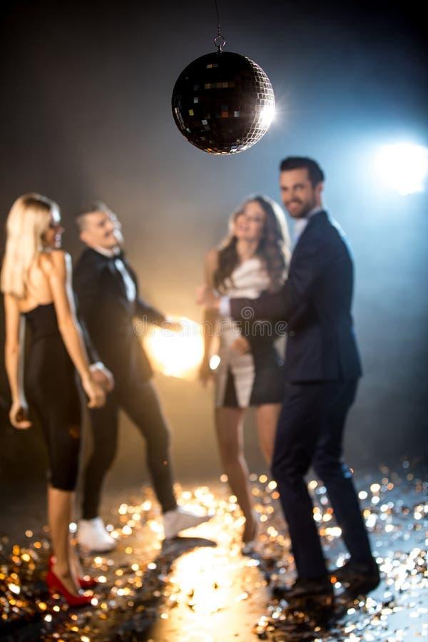 Amigos que dançam no clube noturno foto de stock royalty free