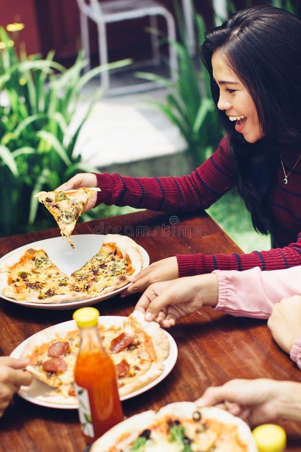 Amigos que disfrutan de la comida en restaurante al aire libre foto de archivo