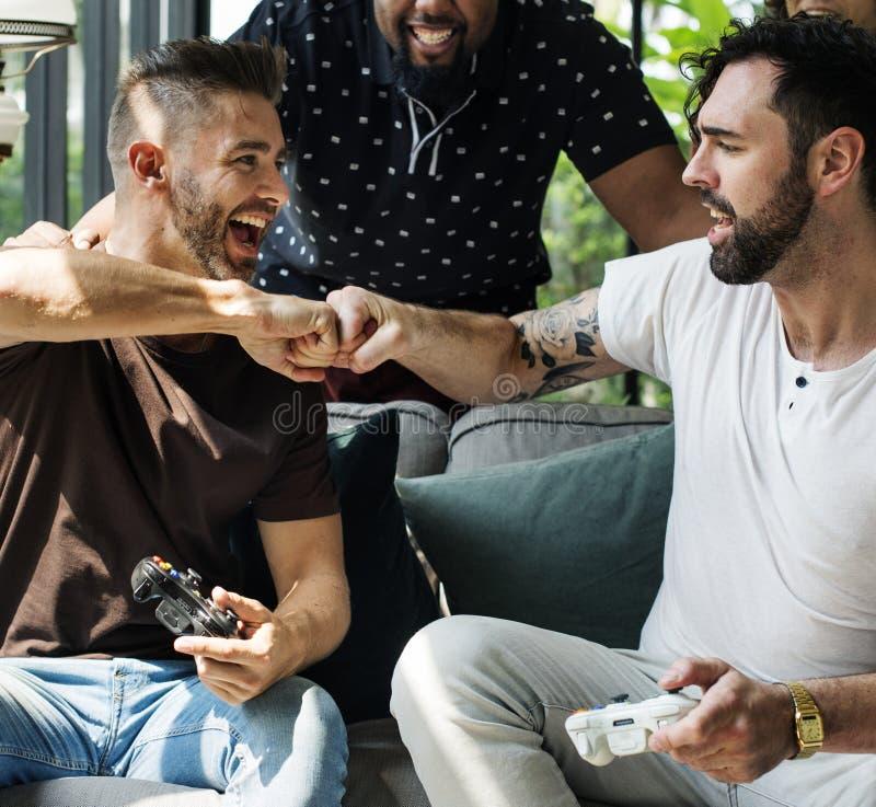 Amigos que disfrutan del videojuego junto foto de archivo libre de regalías