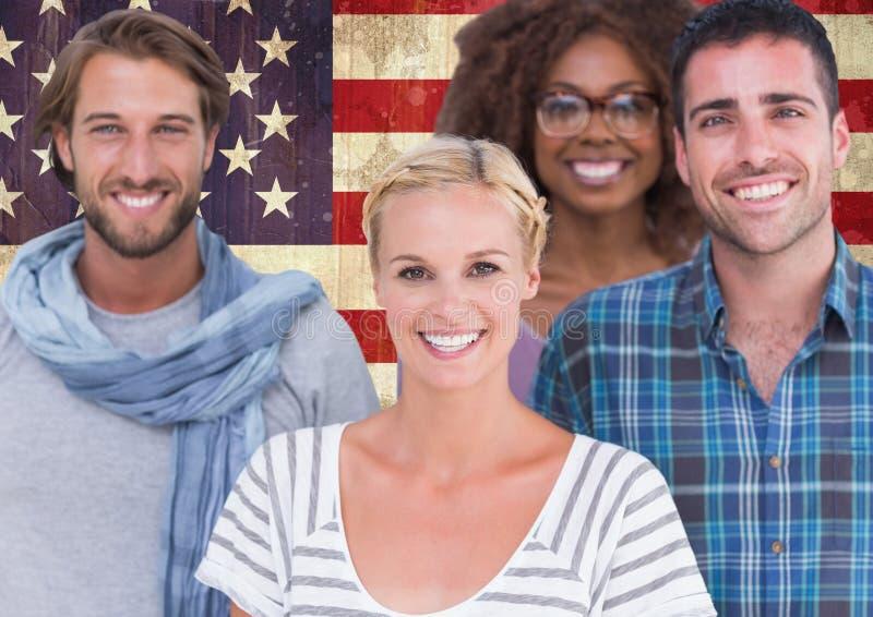 Amigos que estão junto contra a bandeira americana no fundo fotos de stock