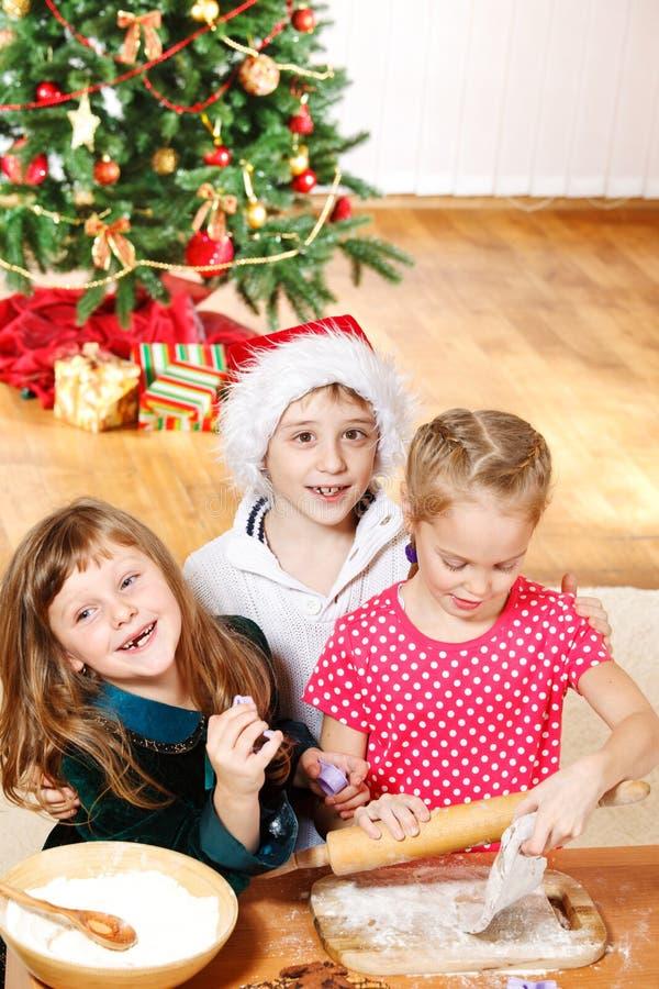Amigos que fazem bolinhos do Natal fotos de stock royalty free