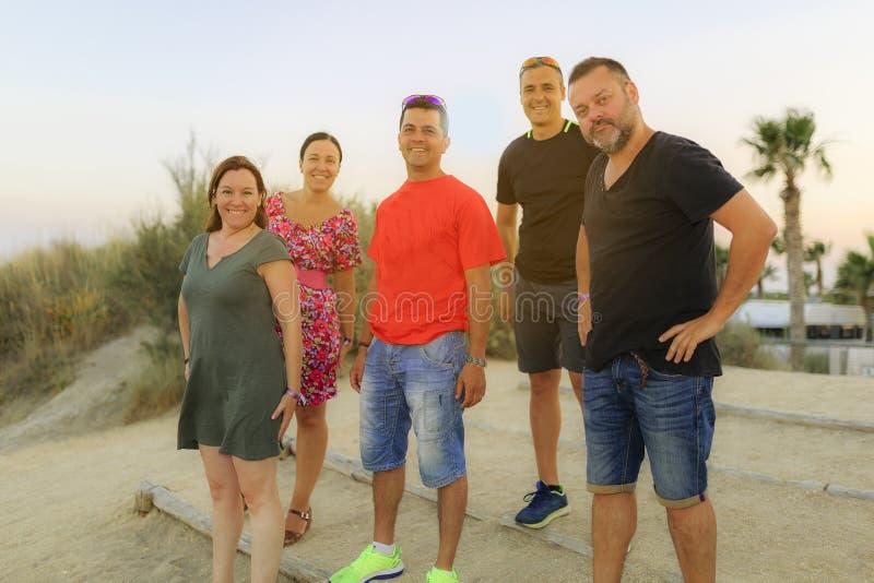 Amigos que gozan en la playa fotos de archivo